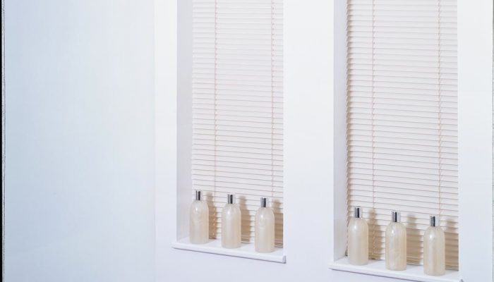 metal-venetian-blinds-cream-tablet